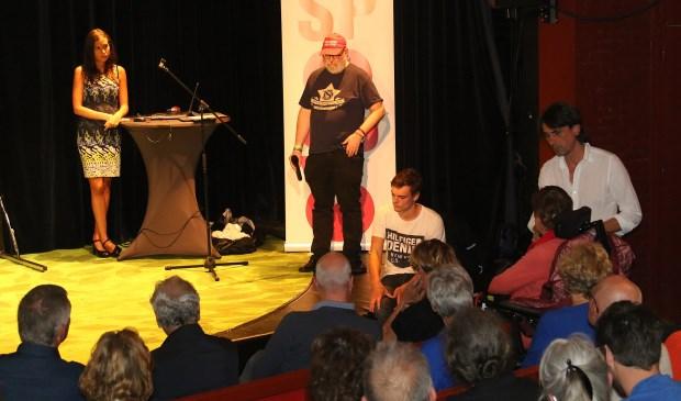 Op het podium vlnr: Cheimaa Aouni, Patrick Adriaans en Lennart de Looze (zittend).