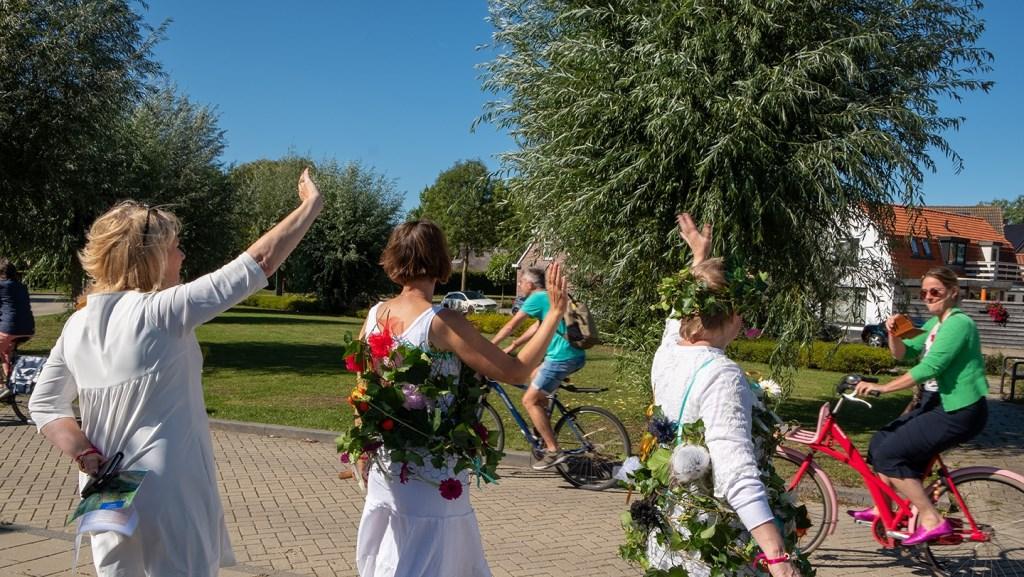 """Karen Machielsen: """"Na de opening bij Cultuurhuis Schoneveld worden de fietsers uitgezwaaid."""" Karen Machielsen © BDU media"""