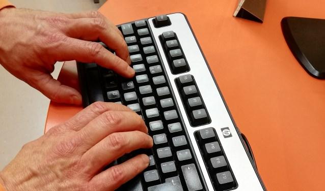 Handen aan toetsenbord