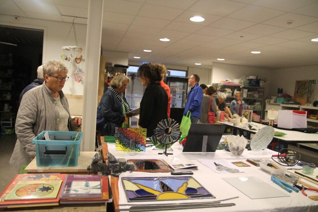 Ook in de ateliers op zolder was het druk met belangstellenden. Hannie van de Veen © BDU media