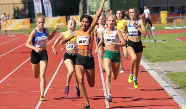 Céline van Heerikhuize wint 800 meter bij NK onder 16