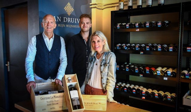 Jan van der Schans, Niels van der Schans en Eline Groenendijk vormen samen het team van Wijnhuis Van Druiven.