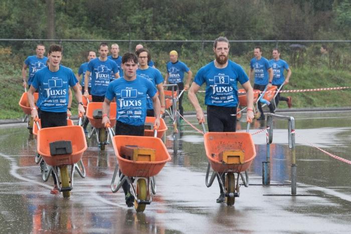 Rennen met een kruiwagen aan het begin van de run. Matthijs Schonewille © BDU Media