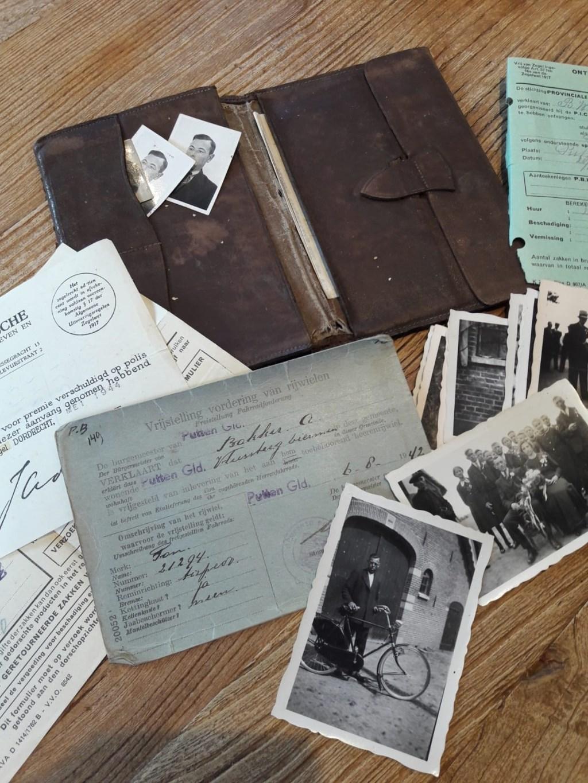 Een portefeuille van één van de weggevoerden uit de familie Bakker. Eefje van den Berg © BDU media