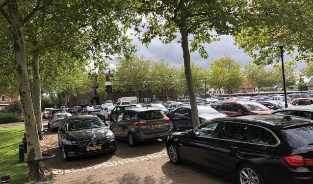 Op het parkeerterrein naast het stadhuis wordt gedeeltelijk een blauwe zone ingevoerd van maximaal 2,5 uur parkeren.