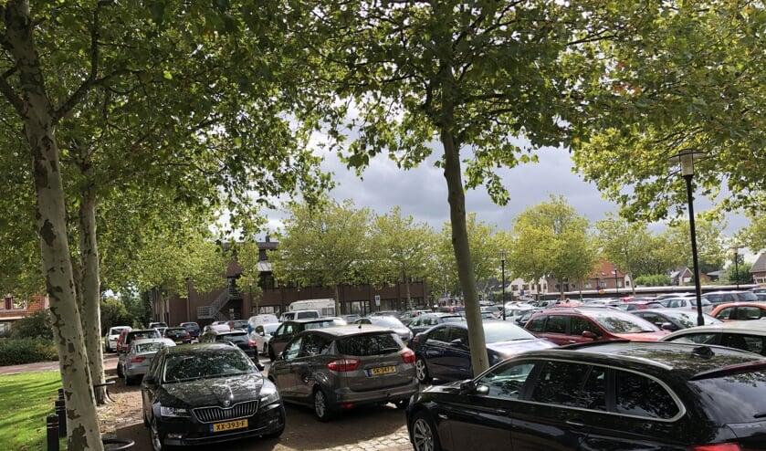 Het vrij parkeren bij het stadhuis wordt aan banden gelegd.