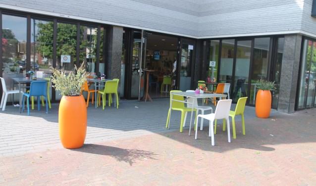 Het gezellige buitenterras van het Huiskamercafé.