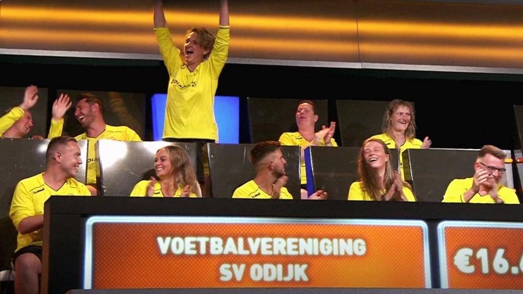De blijdschap is groot wanneer blijkt dat Yvonne Horst de laatste vraag goed beantwoord heeft. Talpa © BDU media