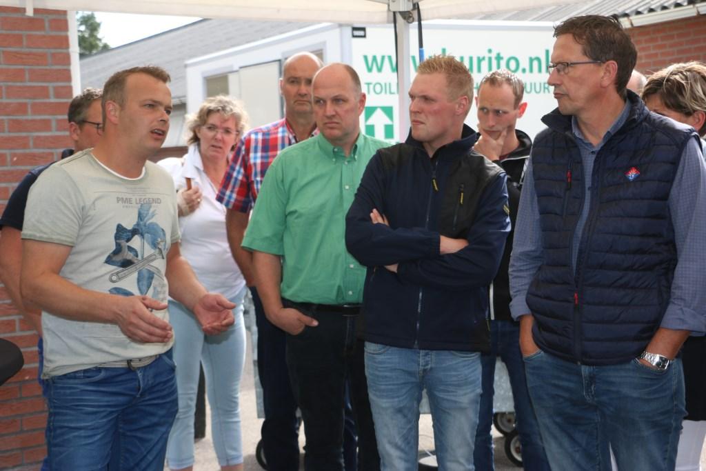 De Kootwijkerbroekse kalverhouder Gerard van Deelen (links) geeft uitleg over de nieuwe voerrobot. Freek Wolff © BDU Media