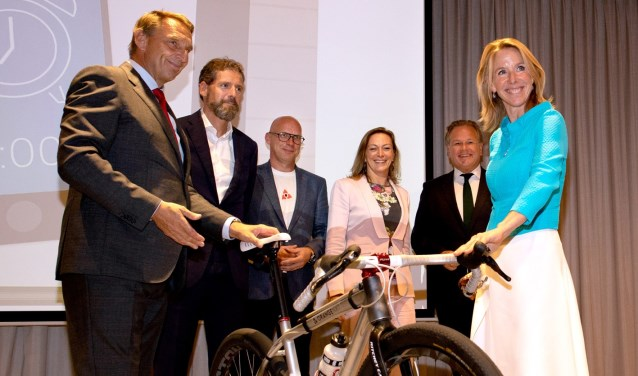 Staatssecretaris Stientje Stientje (rechts) van Veldhoven bij de presentatie van het Schiphol fietsplan.