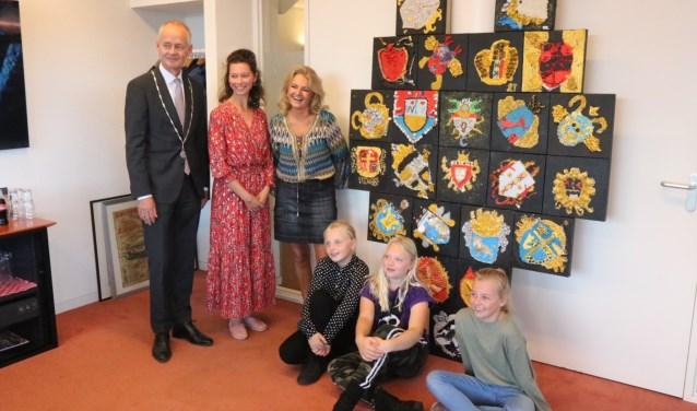 Burgemeester Meijer met naast hem juf Karina en Lilian Gaus. Van links naar rechts:  Noortje, Semmy en Florine
