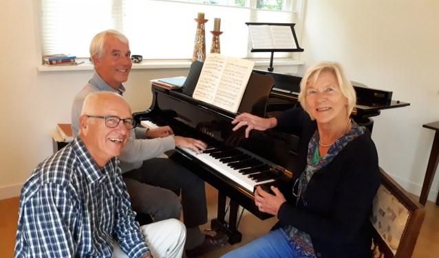 Jaap Wiersma (piano), Frans Kooymans en Nienke Lettinga zijn druk met de concertreeks Muziek in de Theresia.