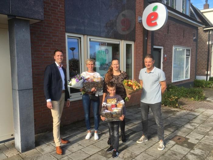 Henk Roubos (l) en Gert van de Bor (r) reikten de prijzen uit aan de familie Van Geresteijn en familie Rikkers.