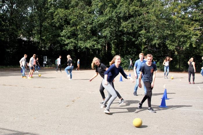 Studenten trainen op het plein van de Vondelschool