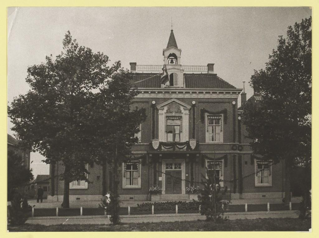 Het raadhuis kort na de bevrijding in 1945. Noord-Hollands Archief © BDU media