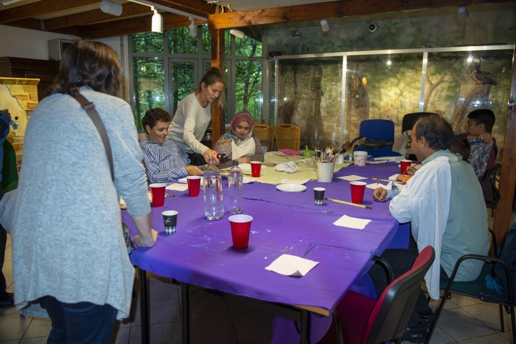 Margareth Sap geeft een schilderworkshop Ellen Toledo © BDU media