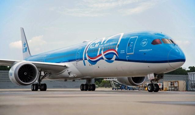 De eerste Boeing 787-10 Dreamliner, het nieuwste vliegtuigtype van de KLM draagt grote 100 jaar-titels om het eeuwfeest te benadrukken.