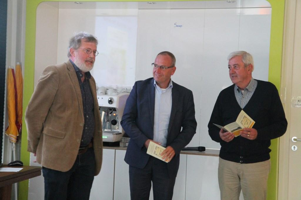 Job van der Mijl overhandigt wethouder Pieter de Kruif en Ody Honders de eerste beschrijvingen van het wandelpad. Hannie van de Veen © BDU media