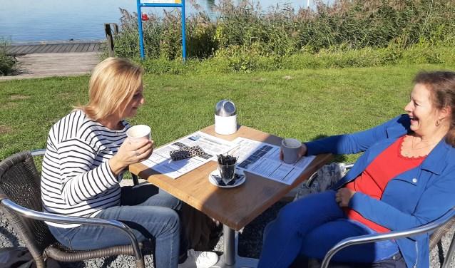Carin en Karin (rechts) maken het mogelijk om in contact te komen met anderen via de website Vriendenkiezen.nl.