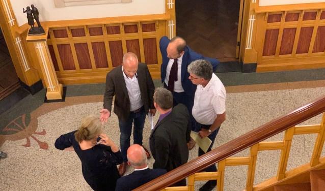 Overleg tijdens een schorsing tussen VoorBaarn en ondernemer Johan Zijtveld.