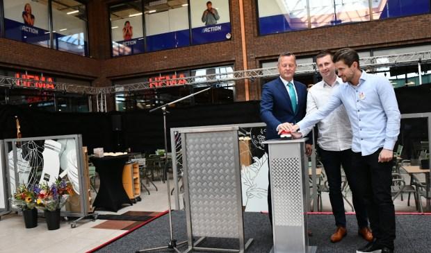 Commissaris van de Koning Arthur van Dijk verzorgt met Kevin in Sven van der Weijden de heropening van de verbouwde HEMA.