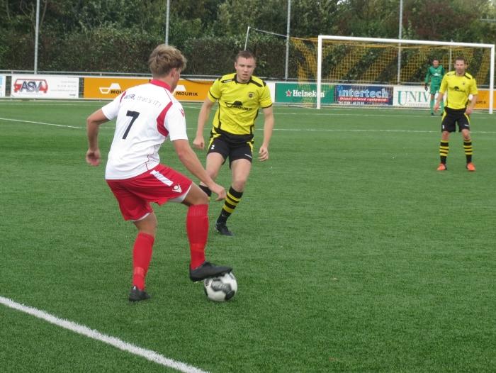 Lex de Gier (7) controleert de bal tegen Groot-Ammers Teus Stam © BDU media