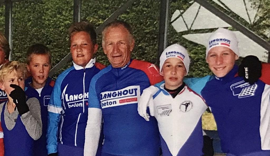 Jacques 't Hoen te midden van schaatstalenten.   pr © BDU media