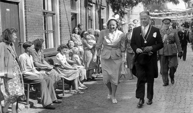 Burgemeester Cees Kentie met koningin Juliana in de Vlierstraat, 9 juni 1950