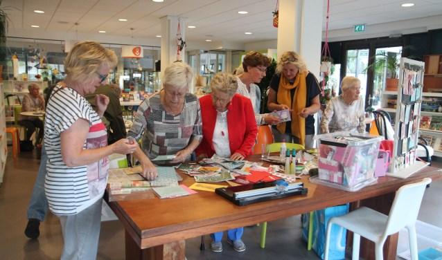 Yvonne Luijendijk assisteert iedereen tijdens Samen op Zondag bij de keuze van materiaal.