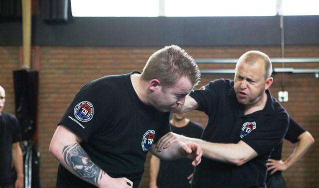 """,,Alles wat we oefenen is gestoeld op de realiteit"""", aldus Krav Maga-instructeur Mike Makkelie (links)."""