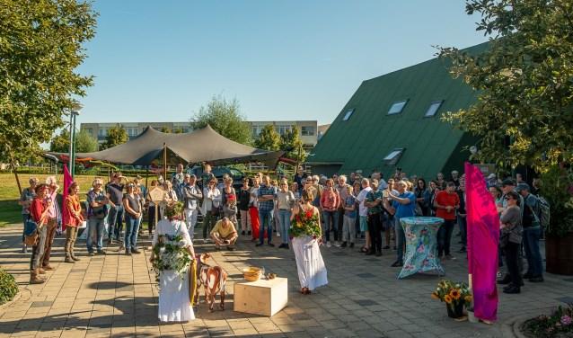 Het buitenterrein van Cultuurhuis Schoneveld was omgedoopt tot een feestelijk festivalterrein, waar de deelnemers hun expeditie door Houten-Zuid startten.