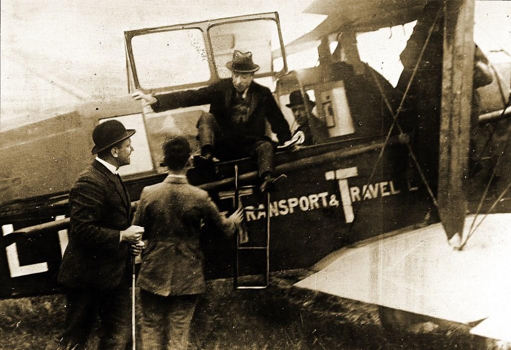 Uitstappen na aankomst van de eerste KLM-vlucht op Schiphol in 1920. Links: Albert Plesman. Schiphol © BDU media
