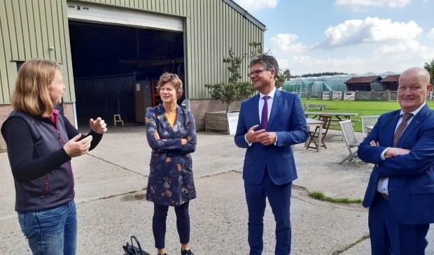Djuke van der Maat met wethouder Erika Spil, commissaris Hans Oosters en burgemeester Ruud van Bennekom Kuun Jenniskens © BDU media
