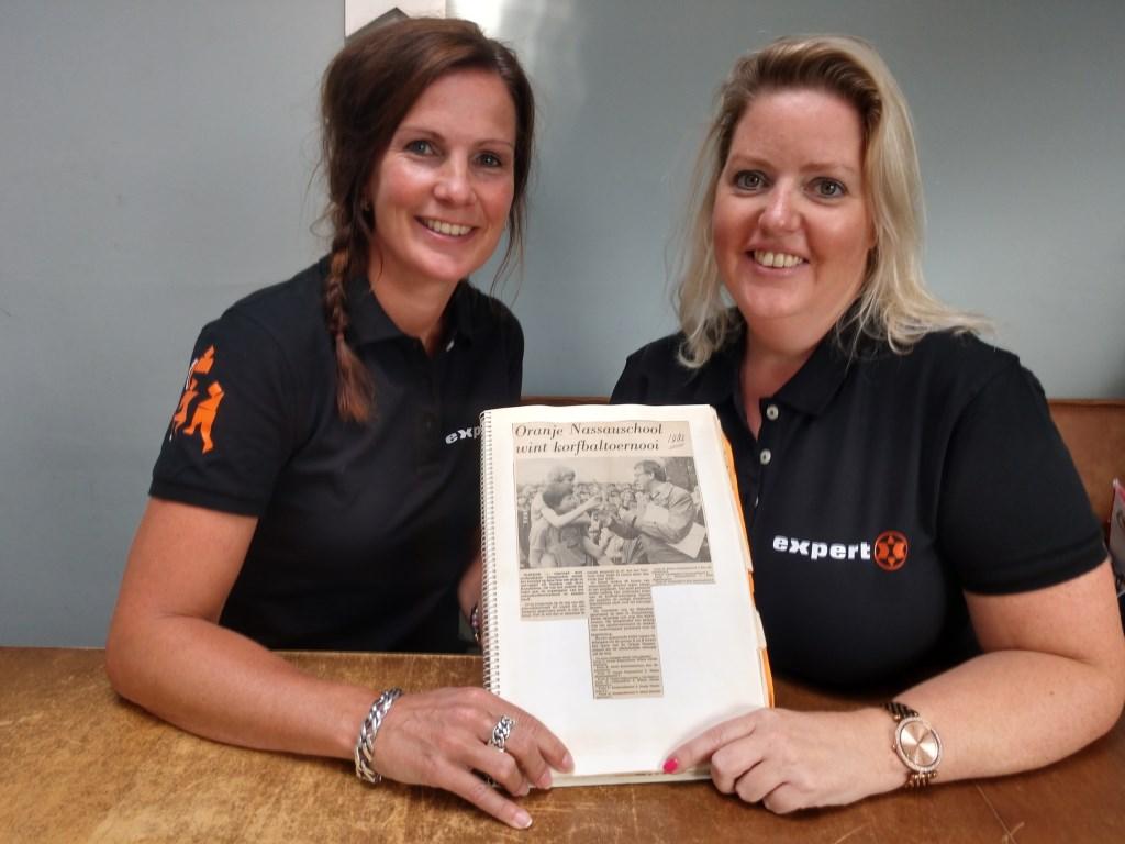 Annemarie Krijkamp (l) en Saskia Krijkamp zijn klaar voor het Gert Krijkamp schoolkorfbaltoernooi.