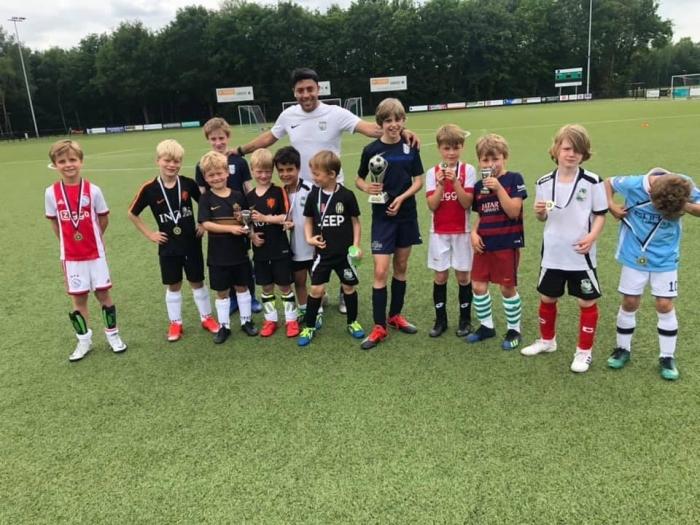 Hoofd Jeugd Coordinator Hendrin Khandan met een aantal jeugdspelers