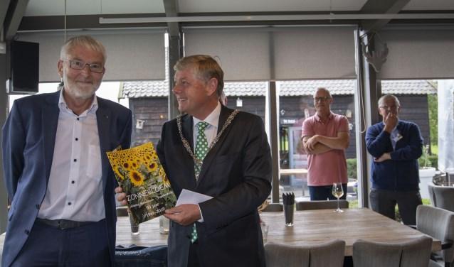 Burgemeester Elbert Roest spreekt zijn waardering voor De Zonnebloem uit