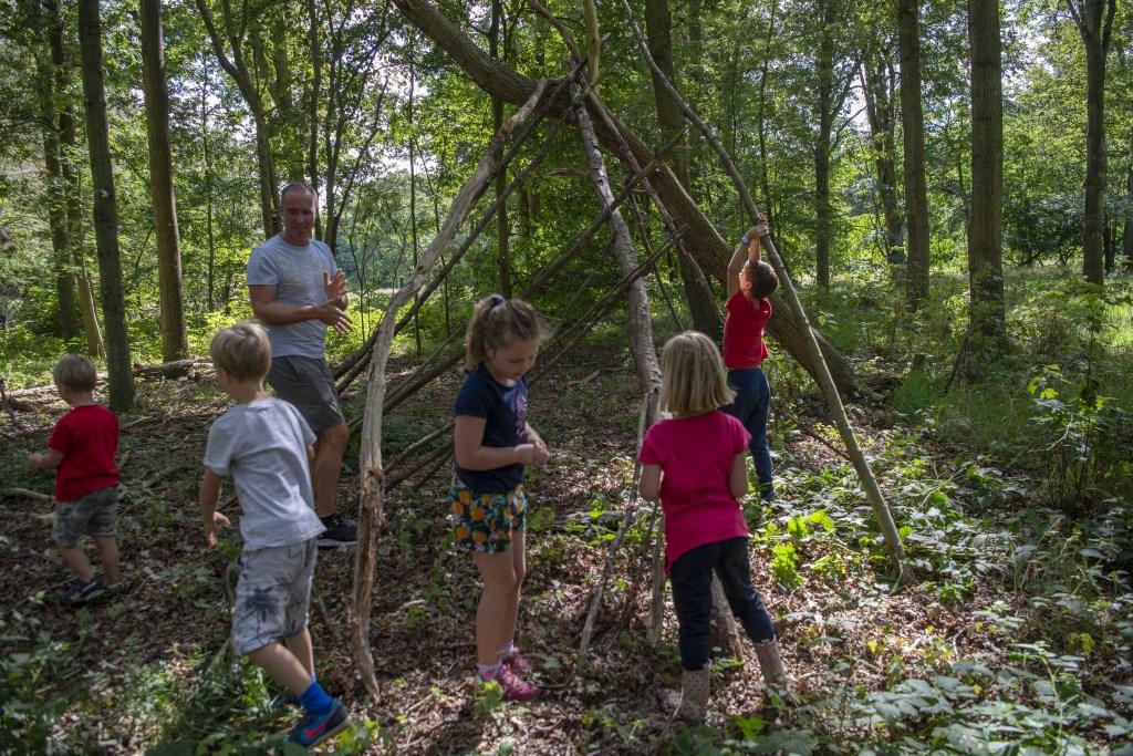Aan het eind van de survivaltocht wordt er samen een mooie hut gebouwd Ellen Toledo © BDU media