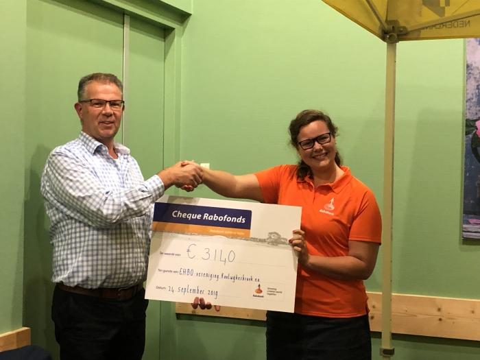 Susanne Jagt overhandigt de cheque aan Cok van der Meer, voorzitter EHBO-vereniging Kootwijkerbroek