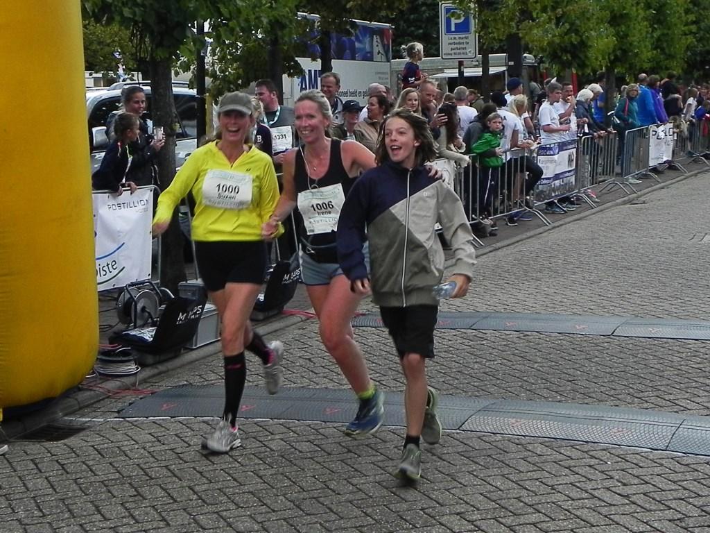 Suzan en Irene komen lachend over de finish. Richard Thoolen © BDU media