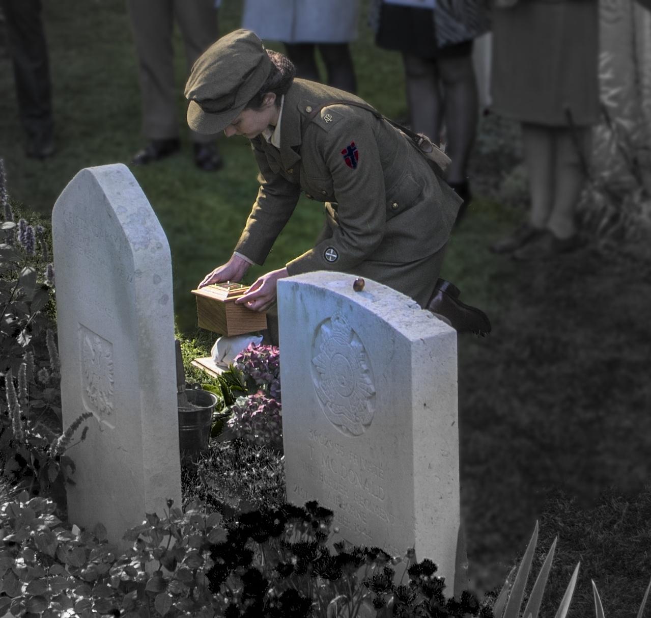 kistje met as wordt geplaatst achter het graf van lance corporal thomas bryson.