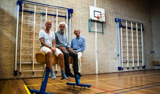 """,,Schoenen uit hoor!"""" Iedereen is zuinig op de houten vloer in de Sporthal Schalkwijk. Ook (vlnr) Co Baas, Wim Vulto en Co Uytewaal, voor de gelegenheid te paard."""