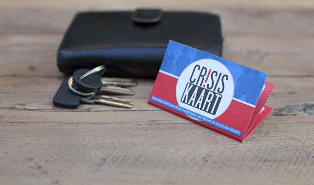De Crisiskaart past vanwege het handzame formaat gewoon in een portemonnee.