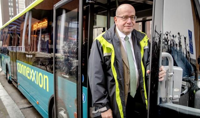 Fred Teeven als buschauffeur.