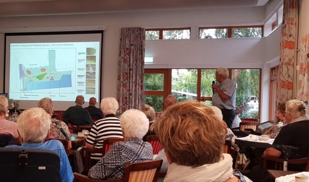Wim van den Berg, voorzitter van Oud Scherpenzeel, laat zien welke plek men in gedachte heeft voor de replica van de molen.