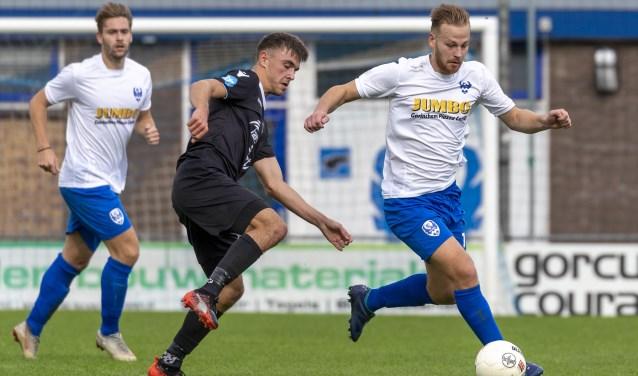 Dylan Verschoor (rechts) was met twee goals de grote man aan Arkel-zijde.