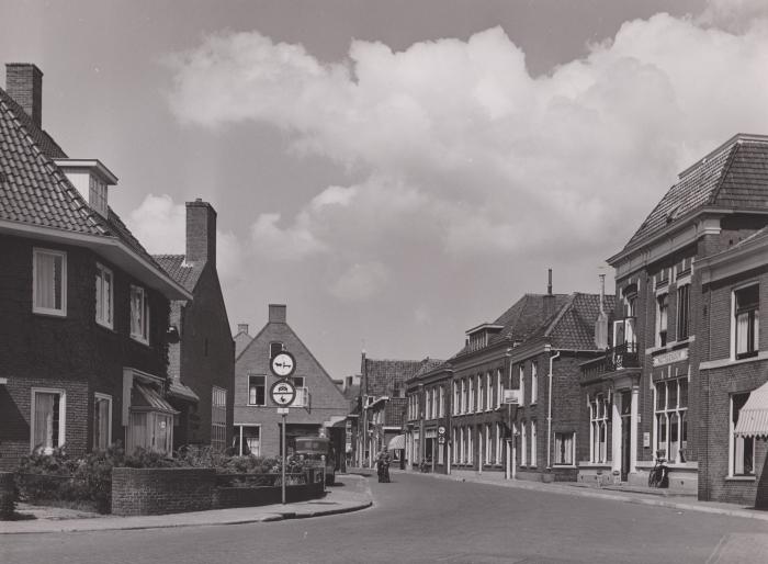 Kleterstraat met rechts het Nutsgebouw in augustus 1955.