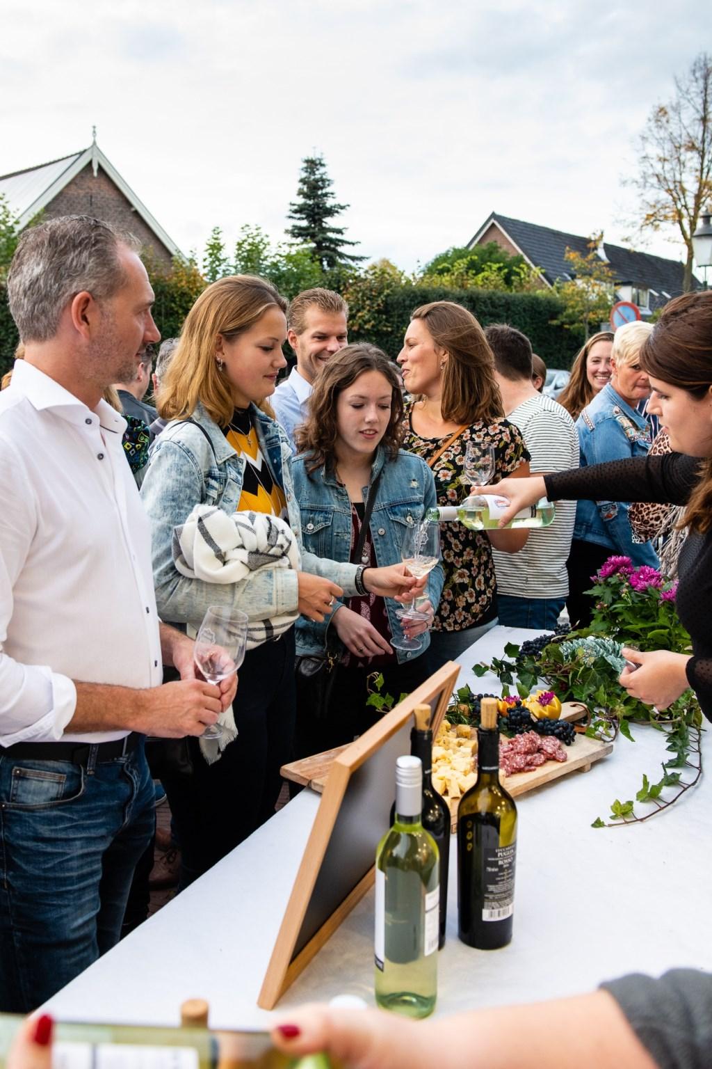 Op vrijdag 12 oktober, van 18.00 tot 21.00 uur, kon je genieten van de lekkerste wijnen bij de winkeliers in het Hart van Huizen.Je kon de sfeer van Spanje, Italië, Frankrijk en Zuid Afrika op diverse plekken in het oude dorp beleven. Christiaan Hofland © BDU Media