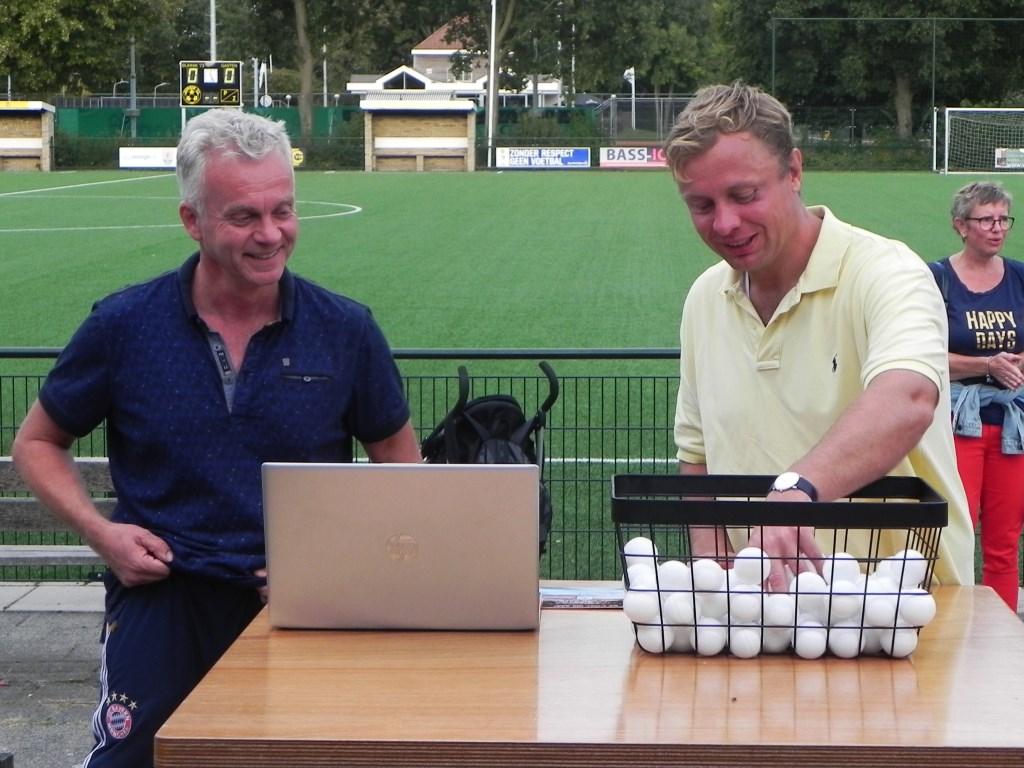 Notaris A. Schuering trekt de bal die de naam van de hoofdsponsor bevat. Richard Thoolen © BDU media