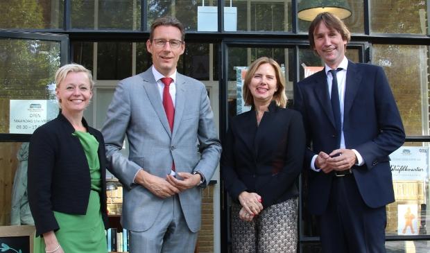 Wethouder Floor Gordon, burgemeester Tjapko Poppens en wethouder Herbert Raat in september na een gesprek met minister Cora van Nieuwenhuizen over geluidhinder van Schiphol.