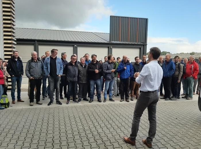 Rijksambtenaren RVO op de weegbrug bij de tweede bio-energie installatie in Ede
